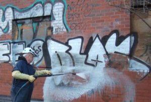 Obrázek: Odstranění graffiti.